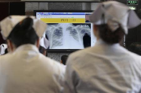 Doctors and nurses attend a training course for the treatment of the H7N9 virus at a hospital, where a H7N9 patient is being treated, in Hangzhou, Zhejiang province, in this April 5, 2013 file photo. REUTERS/Chance Chan/Files