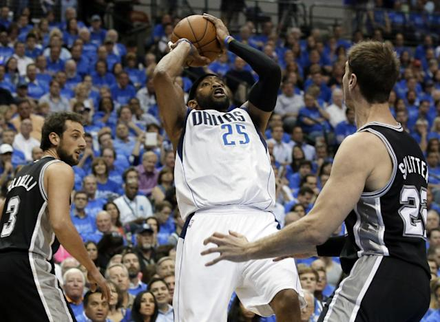 Dallas Mavericks' Vince Carter (25) shoots as San Antonio Spurs' Marco Belinelli (3) and Tiago Splitter (22) defend during the first half of Game 4 of an NBA basketball first-round playoff series, Monday, April 28, 2014, in Dallas. (AP Photo/Tony Gutierrez)