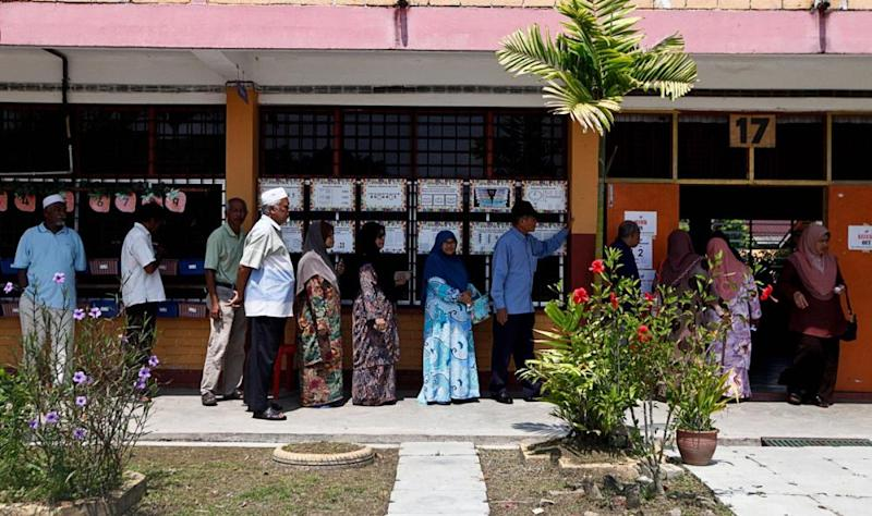 Voters queue up to cast their votes at the SK Titi Gajah polling centre in Alor Setar May 9, 2018. ― Picture by Sayuti Zainudin