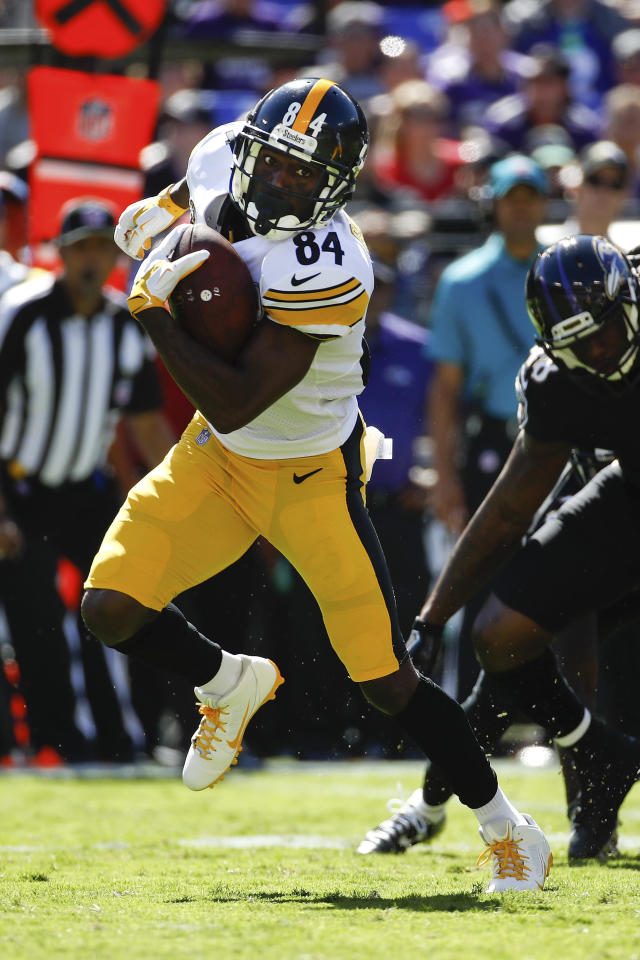 Pittsburgh Steelers wide receiver Antonio Brown carries the ball against the Ravens last Sunday. (AP)
