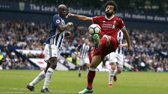 Aksi pemain Liverpool, Mohamed Salah saat berebut bola dengan pemain West Bromwich Albion, Allan Nyom (kiri) pada lanjutan Premier League di The Hawthorns, West Bromwich, (21/4/2018).  West Bromwich imbangi Liverpool 2-2. (Nigel French/PA via AP)