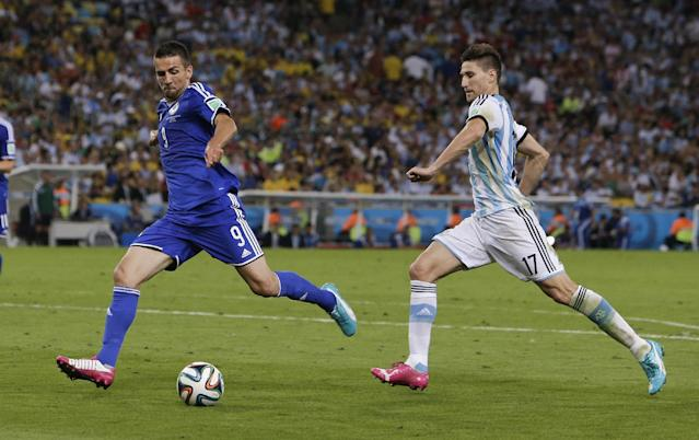 Bosnia's Vedad Ibisevic (9) kicks ahead of Argentina's Federico Fernandez (17) to score his side's first goal during a group F World Cup soccer match at the Maracana Stadium in Rio de Janeiro, Brazil, Sunday, June 15, 2014. (AP Photo/Thanassis Stavrakis)