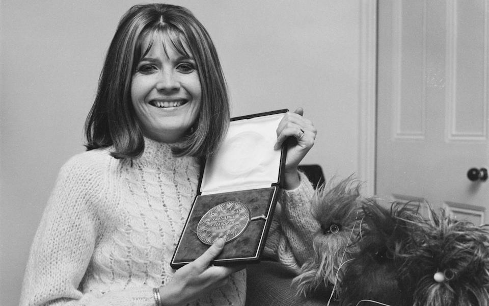 "<p>Noch ein Siegertitel, der in ganz Europa die Hitlisten eroberte: Die britische Sängerin Sandie Shaw gewann den Liederwettstreit 1967 mit dem späteren Evergreen ""Puppet On A String"". (Bild: Evening Standard/Hulton Archive/Getty Images)</p>"