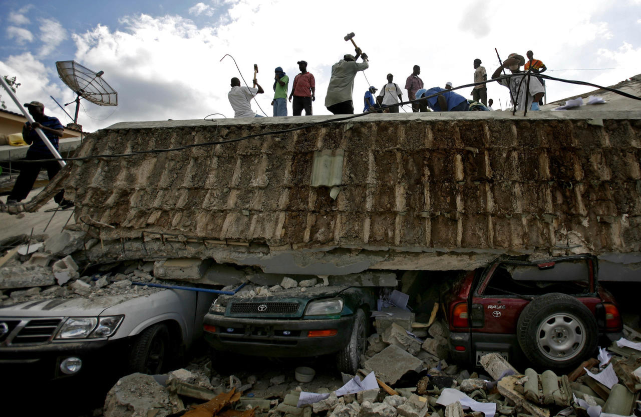 <p>People search for survivors under the rubble of a collapse building the day after an earthquake?hit Port-au-Prince, Haiti, Wednesday, Jan. 13, 2010. (Photo: Ricardo Arduengo/AP) </p>