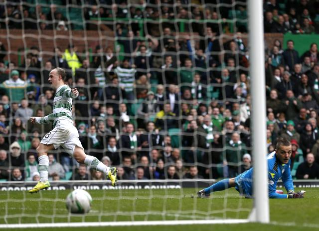 Celtic's Leigh Griffiths puts the ball past St Mirren goalkeeper Marian Kello to score during their Scottish Premier Leaguel soccer match at Celtic Park Stadium in Glasgow, Scotland March 22, 2014. REUTERS/Russell Cheyne (BRITAIN - Tags: SPORT SOCCER)