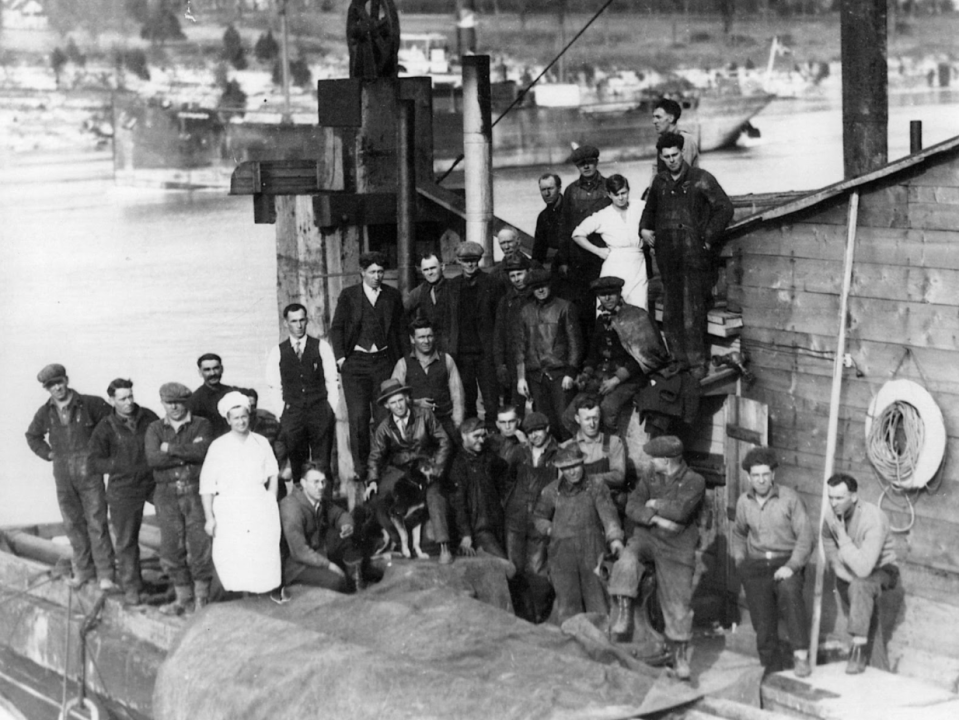The crew of the JB King, including the dog, King. Courtesy Brockville Museum