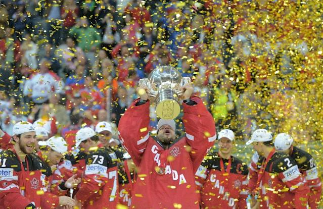 Canada's goalkeeper Mike Smith (C) raises the trophy of the IIHF Ice Hockey World Championship during the medal ceremony on May 17, 2015 at the O2 Arena in Prague (AFP Photo/Michal Cizek)