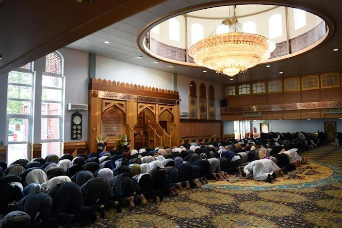 Muslims pray for aid worker Alan Henning, murdered by the Islamic State jihadist group, in Manchester Central Mosque, north west England on October 4, 2014 (AFP Photo/Oli Scarff)