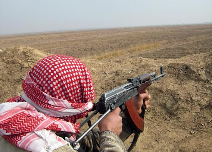 A fighter scans an area outside a village on the southern outskirts of the Diyala provincial capital Baquba on January 28, 2008 (AFP Photo/)