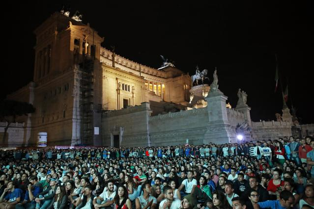 People watch the 2014 World Cup soccer match between Italy and England during a public viewing event in downtown Rome June 14, 2014. REUTERS/Giampiero Sposito (ITALY - Tags: SPORT SOCCER WORLD CUP SOCIETY)
