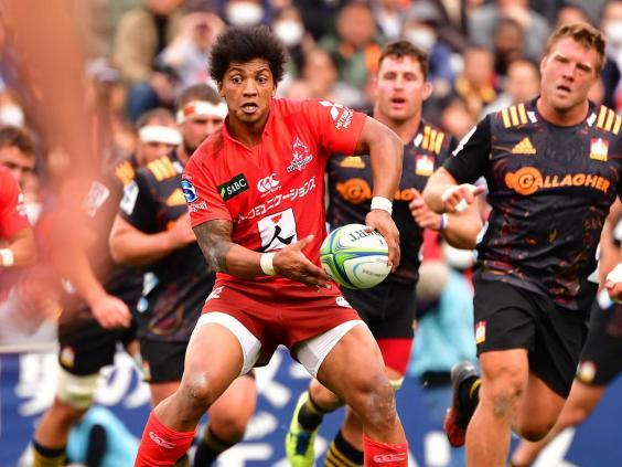 Garth April of Sunwolves looks for passing options against Chiefs in February (Getty Images)