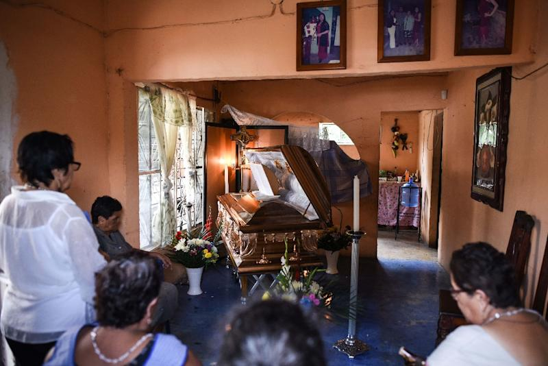 Relatives and friends mourn Mexican journalist Candido Rios at his wake in Hueyapan de Ocampo, Mexico on August 23, 2017. Rios, who was under government protection was shot dead Tuesday in the violent state of Veracruz (AFP Photo/VICTORIA RAZO)