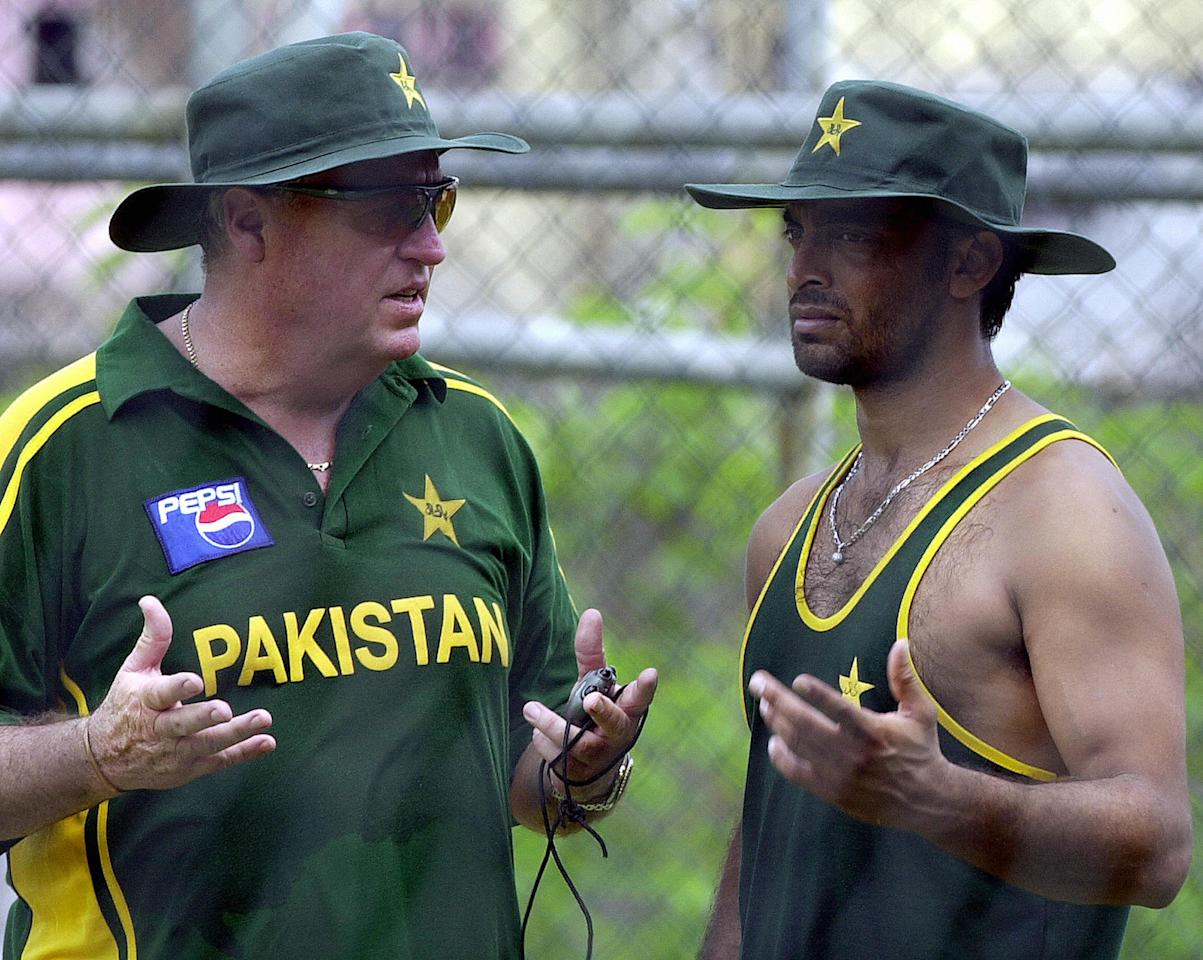 COLOMBO, SRI LANKA:  Pakistani coach Bob Woolmer (L) chats with cricketer Shoaib Akhtar 20 July 2004 during a net practice session in Colombo as part of Asia Cup. The second phase of Asia Cup continues 21 July, when Pakistan play Sri Lanka and Bangladesh play India. AFP PHOTO/Sena VIDANAGAMA.  (Photo credit should read SENA VIDANAGAMA/AFP/Getty Images)