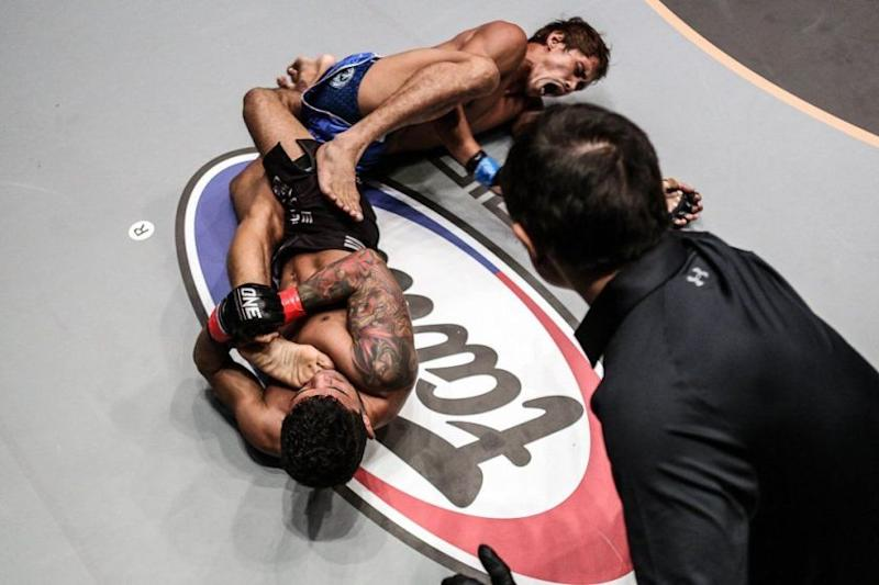 Alex Silva gets the kneebar.jpg