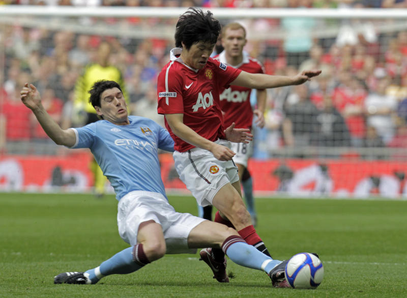 Manchester United's Ji-Sung Park, right, is tackled by Gareth Barry Manchester City's Joleon Lescott during their English FA Cup soccer semi final match at Wembley stadium, London, Saturday April 16, 2011. (AP Photo/Lefteris Pitarakis)  NO INTERNET/MOBILE USAGE WITHOUT FOOTBALL ASSOCIATION PREMIER LEAGUE(FAPL)LICENCE. CALL +44 (0) 20 7864 9121 or EMAIL info@football-dataco.com FOR DETAILS