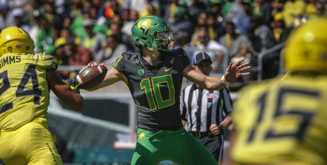 "Oregon quarterback <a class=""link rapid-noclick-resp"" href=""/ncaaf/players/263243/"" data-ylk=""slk:Justin Herbert"">Justin Herbert</a> throws a pass during the Oregon spring college football game Saturday, April 21, 2018, in Eugene, Ore. (Andy Nelson/The Register-Guard via AP)"