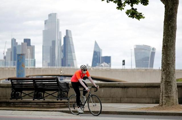"""Returning to work, Londoners have a choice between using the underground """"Tube"""", taking the bus or getting back on the saddle (AFP Photo/Tolga AKMEN)"""