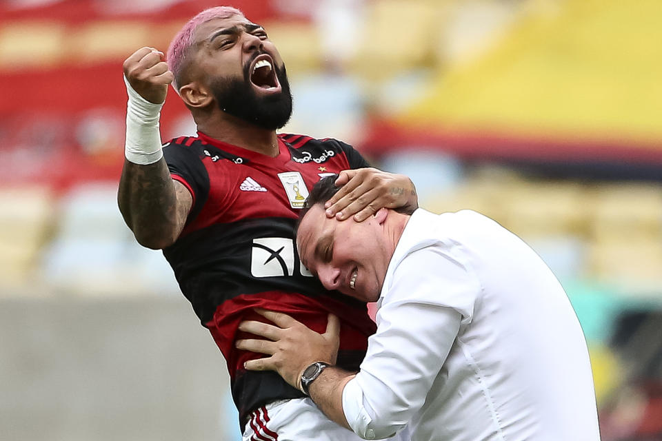 RIO DE JANEIRO, BRAZIL - FEBRUARY 14: Gabriel Barbosa of Flamengo celebrates with a coach Rogerio Ceni after scoring a goal during a match between Flamengo and Corinthians as part of 2020 Brasileirao Series A at Maracana Stadium on February 14, 2021 in Rio de Janeiro, Brazil. (Photo by Buda Mendes/Getty Images)