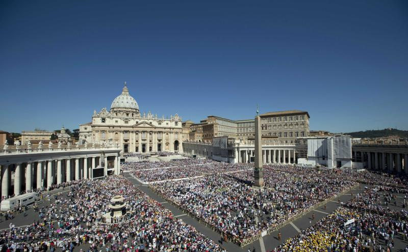 Faithful fill St.Peter's Square during Pope Francis' general audience, at the Vatican, Wednesday, June 12, 2013. (AP Photo/Andrew Medichini)