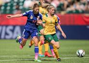 Japan's Rumi Utsugi (L) tries to get past Australia's Elise Kellond-Knight during their Women's World Cup quarter-final match in Edmonton, Canada on June 27, 2015 (AFP Photo/Geoff Robins)