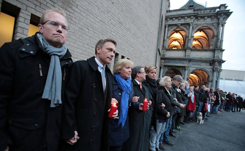 Politicians form a human chain along with other people in solidarity with a leading candidate in Cologne's mayoral election who was attacked on October 17, 2015 (AFP Photo/Oliver Berg )