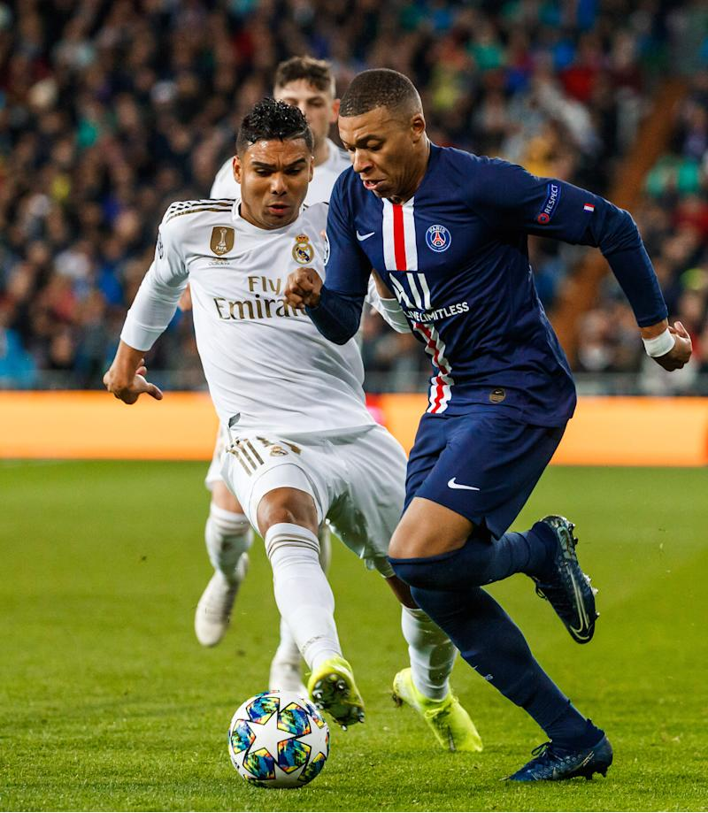 MADRID, SPAIN - NOVEMBER 26: Carlos Henrique Casemiro of Real Madrid, Kylian Mbappé of Paris Saint-Germain battle for the ball during the UEFA Champions League group A match between Real Madrid and Paris Saint-Germain at Bernabeu on November 26, 2019 in Madrid, Spain. (Photo by TF-Images/Getty Images)