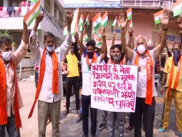 Visuals from Dogra Front protesting in Jammu against people put Pakistani flag on Syed Ali Shah Geelani