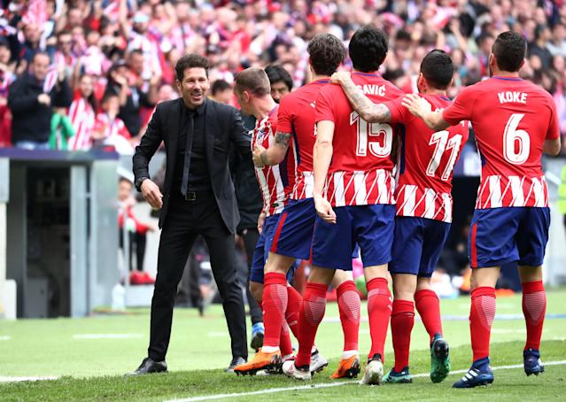 Soccer Football - La Liga Santander - Atletico Madrid vs Levante - Wanda Metropolitano, Madrid, Spain - April 15, 2018 Atletico Madrid's Antoine Griezmann celebrates scoring their second goal with coach Diego Simeone and team mates REUTERS/Sergio Perez