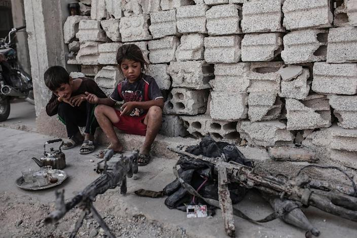Children look at seized weapons from the Islamic State group on September 6, 2015 in Kobane, northern Syria (AFP Photo/Yasin Akgul)