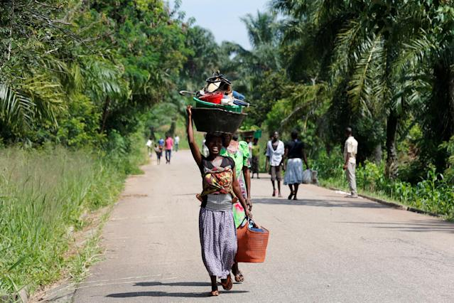 An internally displaced Congolese woman carries her belongings as she walks to the market in Kaniki-Kapangu village near Mwene Ditu in Kasai Oriental Province in the Democratic Republic of Congo, March 15, 2018. Picture taken March 15, 2018. REUTERS/Thomas Mukoya TPX IMAGES OF THE DAY