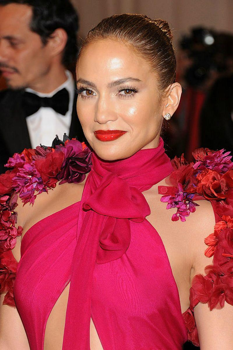 <p>Vinyl shine glossy red lips and glowing skin = JLo perfection.</p>