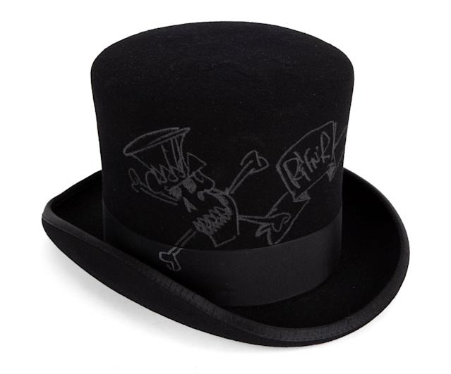 Slash drew on this top hat with a silver marker pen. (Photo: Julien's Auctions)