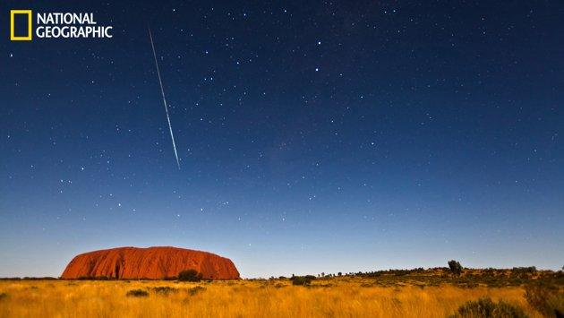 Una meteora sopra l'Ayers Rock in Australia (Tim Wang/National Geographic Your Shot)