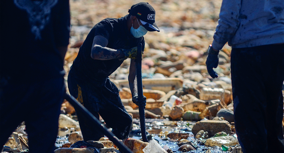 Volunteers clean up plastic at Uru Uru Lake. Source: Reuters