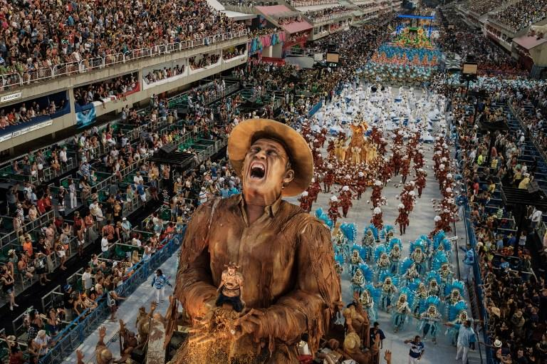 <p>Revellers of the Portela Samba School, the champion of the 2017 Rio Carnival, perform in the Champions' Parade at the Sambadrome in Rio, Brazil, on March 5, 2017. / AFP PHOTO / Yasuyoshi Chiba </p>