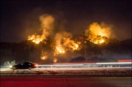 "Ein Auto fährt nahe des südkalifornischen Casitas Springs am Flächenbrand ""Thomas"" vorbei  A car drives past as the Thomas Fire burns a hillside south of Casitas Springs, California"