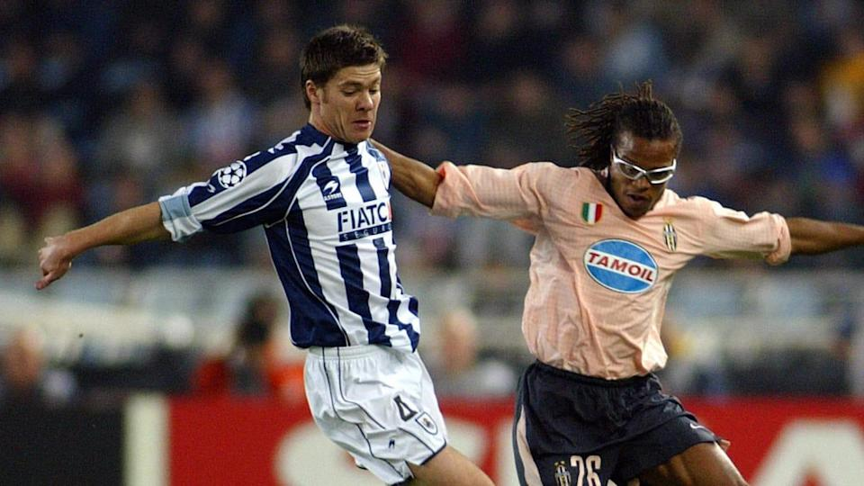Real Sociedad's Xavi Alonso (L) fights f | JAVIER SORIANO/Getty Images
