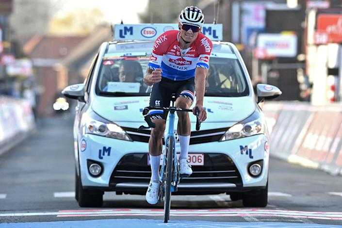 Mathieu van der Poel crosses the line with damaged handlebars (Getty)