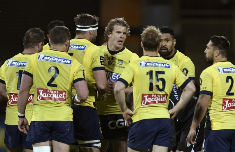 Clermont's centre Aurelien Rougerie (C) speaks with teammates during the French Top 14 rugby match against Pau on March 18, 2017