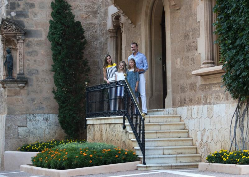 Spanish King Felipe VI (R) and Queen Letizia (L) pose with their daughters Spanish crown princess Leonor (2L) and princess Sofia in the gardens at the Marivent Palace on the island of Mallorca on July 31, 2017. The royal family traditionally spends its summer holidays at the Marivent Palace. / AFP PHOTO / JAIME REINA (Photo credit should read JAIME REINA/AFP/Getty Images)