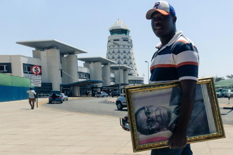 Mugabe's supporters arrived at the airport to welcome his body home