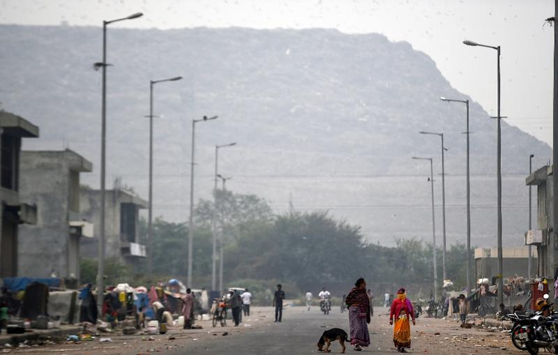 At its current rate of growth, the Ghazipur landfill will be taller than the Taj Mahal, some 73 metres high, in 2020 (AFP Photo/Money SHARMA, Money SHARMA)