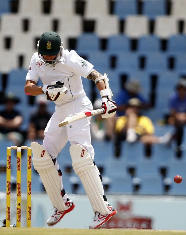 South Africa's Dale Steyn ducks a Peter Siddle delivery during the third day of their cricket test match against Australia in Centurion February 14, 2014. REUTERS/Siphiwe Sibeko (SOUTH AFRICA - Tags: SPORT CRICKET)