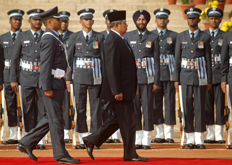 Indonesian President Susilo Bambang Yudhoyono, center, inspects a guard of honor during a ceremonial reception at the Presidential Palace in New Delhi, India, Tuesday, Jan. 25, 2011. Yudhoyono's visit to India is expected to focus on increasing trade and energy security between the two large Asian nations. (AP Photo/Gurinder Osan)