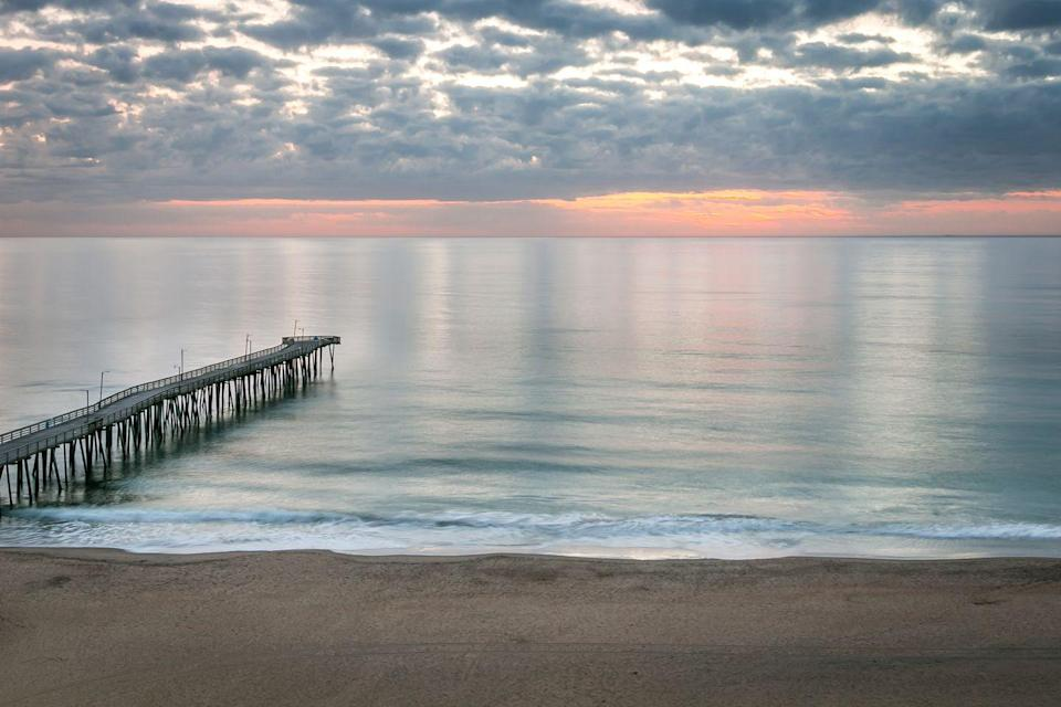 <p>A scenic view of the sea at sunset in the popular Virginia Beach.</p>