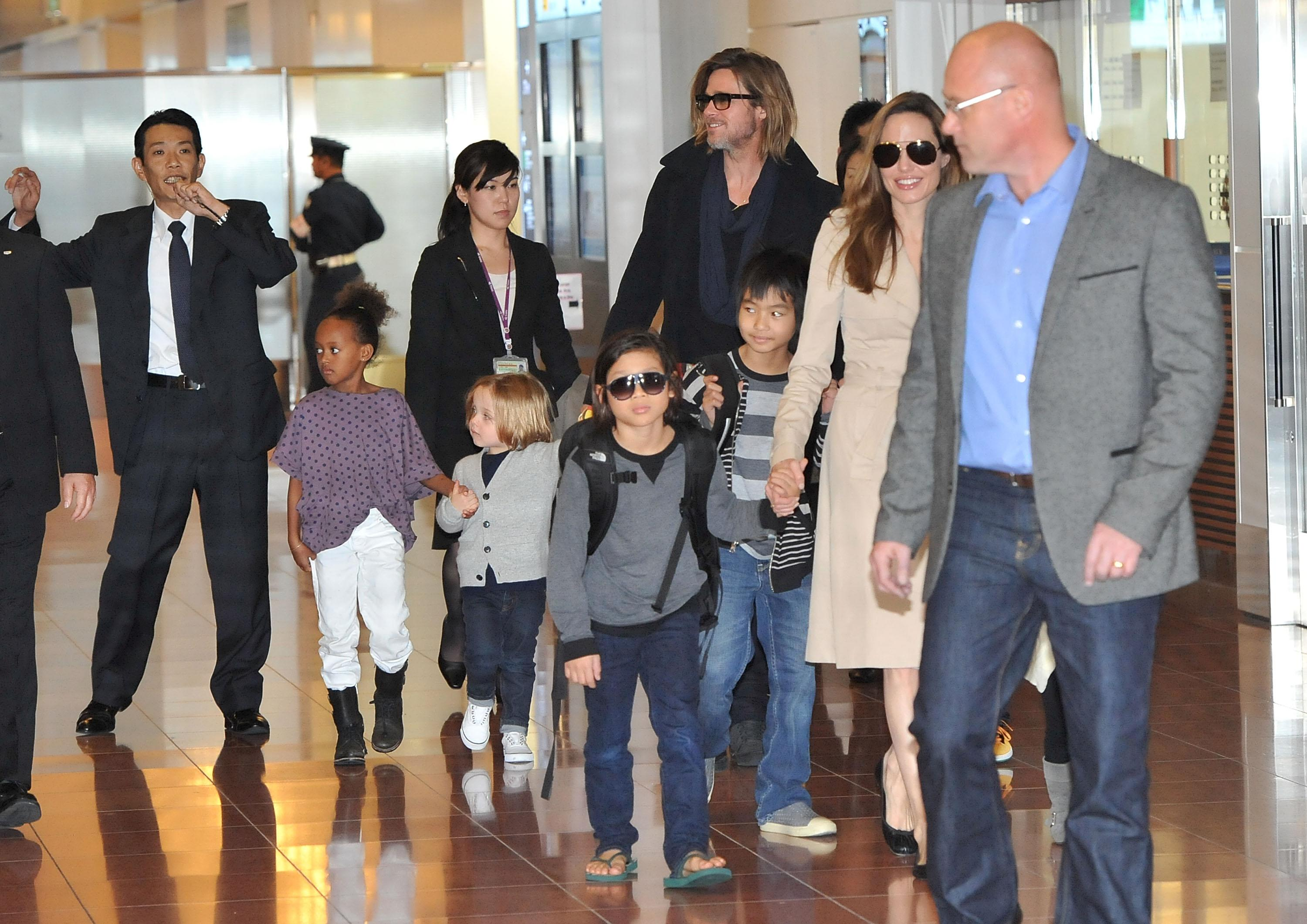 TOKYO, JAPAN - NOVEMBER 08: Brad Pitt, Angelina Jolie and their six children Maddox, Pax, Zahara, Shiloh, Knox, and Vivienne arrive at Haneda International Airport on November 8 in Tokyo, Japan. (Photo by Jun Sato/WireImage)