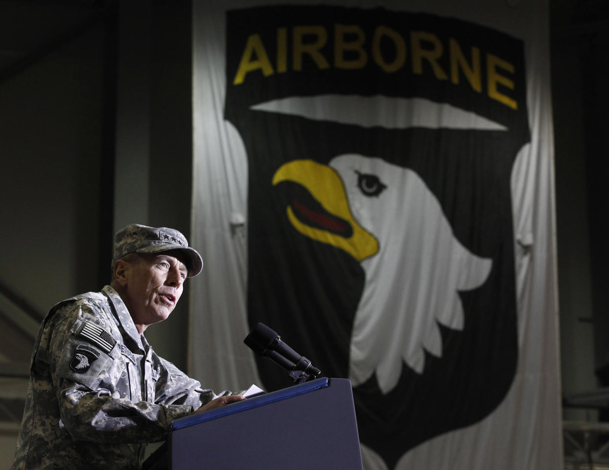 General David Petraeus,  the commander of U.S. forces in Afghanistan, addresses troops at Bagram Air Base December 3, 2010.  REUTERS/Jim Young
