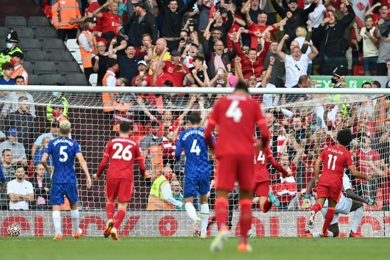 Egypt star Mohamed Salah (R) equalises from a penalty for Liverpool against Chelsea at Anfield (AFP/Paul ELLIS)