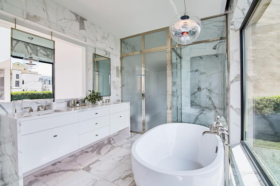 Bathers can enjoy views of the green terrace and the Statue of Liberty from this sunken tub. The shower is nickel-plated.