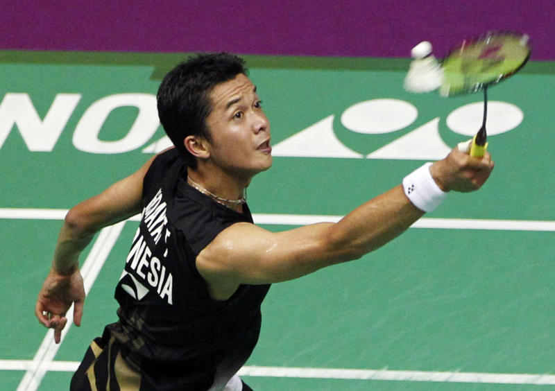 Taufik Hidayat of Indonesia returns a shot to Lee Chong Wei of Malaysia during their men's singles quarterfinal match at the 2010 Badminton World Championships at the Coubertin stadium in Paris August 27, 2010. REUTERS/Regis Duvignau (FRANCE - Tags: SPORT BADMINTON)